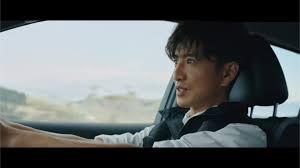 キムタクが車を運転している