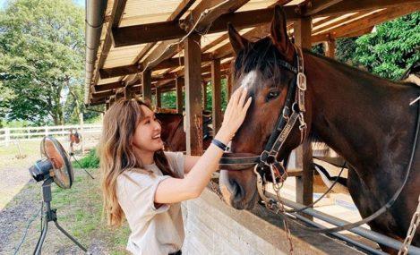 紗栄子が馬をなでている