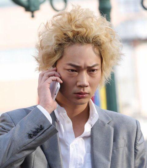 綾野剛が電話している