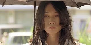 傘をさしてロン毛の綾野剛