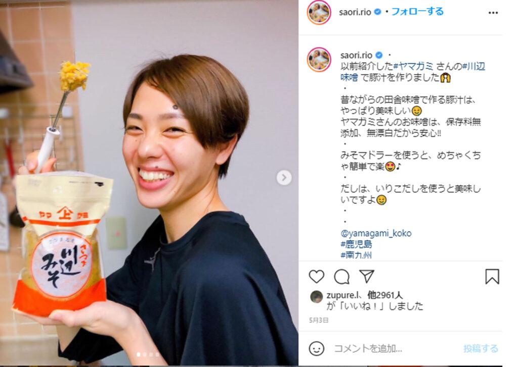 迫田さおりが味噌を持っている