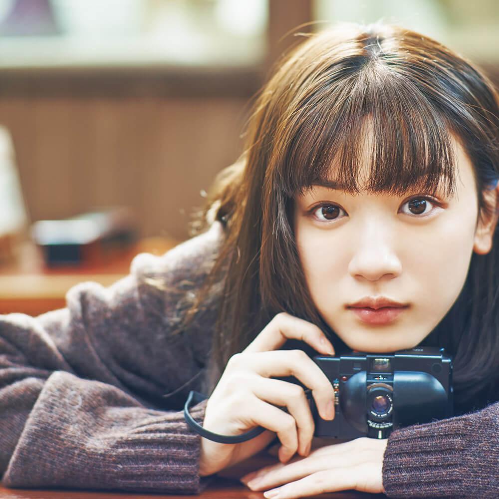 永野芽郁がカメラを持っている