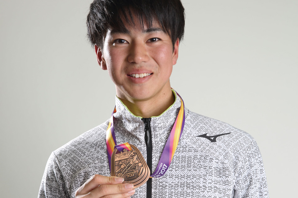 多田修平がメダルを持っている
