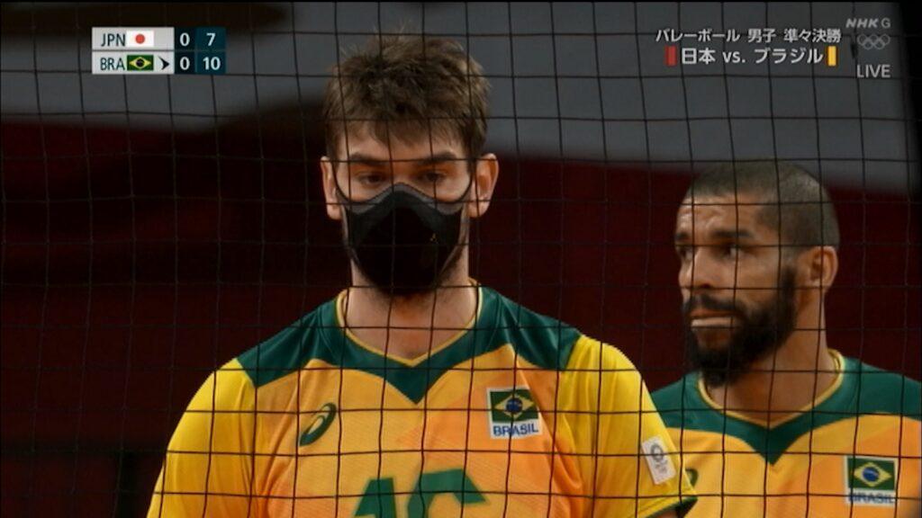 マスクで試合をしているルーカス